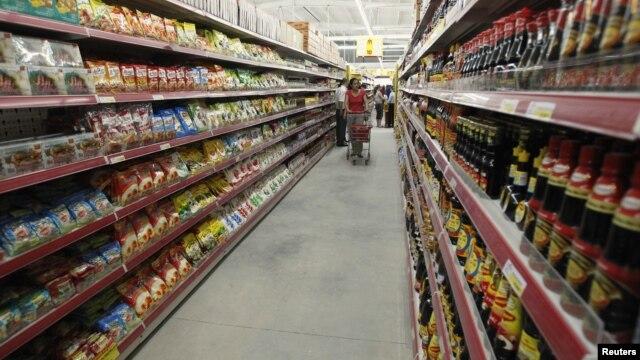 Một phụ nữ đang đi mua sắm ở siêu thị Fivimart tại Hà Nội. HSBC cho rằng mục tiêu tăng trưởng 6,7% năm 2016 của VN có thể khó đạt được.