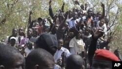 Les partisans du président sénégalais Abdoulaye Wade applaudissent devant le bureau de vote où il devait voter (AP)