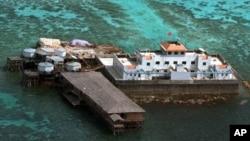 Cờ Trung Quốc treo trên cấu trúc xây bằng bê tông trên Bãi Đá Vành Khăn ngoài khơi quần đảo Trường Sa đang trong vòng tranh chấp