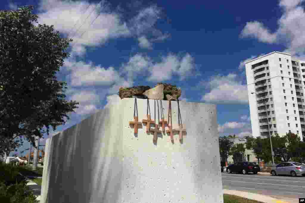 این صلیب ها در دانشگاه بین المللی فلوریدا به یاد قربانیان سقوط پل عابر پیاده، به این شکل روی دیواری قرار گرفته اند.