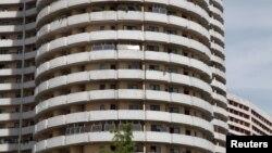 2014年8月27日朝鲜平壤公寓楼阳台上太阳能电池板