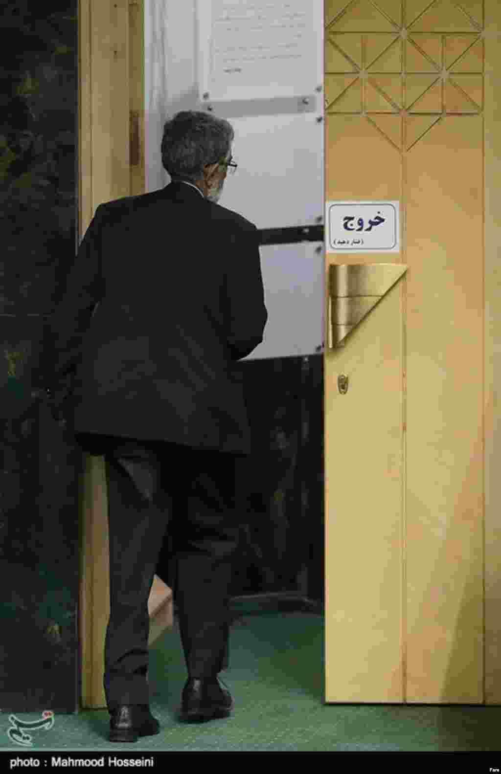 """این عکس خبرنگار تسنیم جالب است. چند روز بعد از مشخص شدن اینکه غلامعلی حداد عادل در مجلس بعد جایی ندارد، عکاس، او را قبل از خروج از جلسه علنی، در کنار نشانه """"خروج"""" ثبت کرده است. آقای حدادعادل پدر زن فرزند آیت الله خامنه ای است و در چهار دوره اخیر، نماینده مجلس بود."""