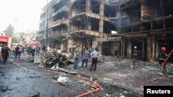 Người dân tụ tập ở hiện trường vụ nổ bom tại khu mua sắm Karrada ở Baghdad, Iraq, ngày 3 tháng 7 năm 2016.