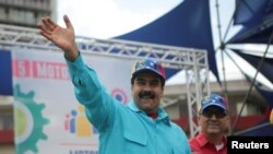 14일 베네수엘라의 니콜라스 마두로 대통령이 카라카스의 집회에서 군중들에게 손을 흔들고 있다.