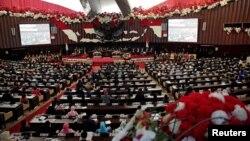 FILE - Indonesian members of parliament listen to president Joko Widodo's speech on August 16, 2017. (REUTERS/Beawiharta)