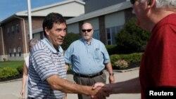 미국 오하이오주 연방하원 보궐선거에 출마한 공화당 트로이 밸더슨 후보(왼쪽)가 7일 뉴어크 투표소에서 유권자와 악수하고 있다.