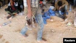 Un migrant africain marche après avoir été détenu à Zaouïa, dans le nord de la Libye, non loin de la frontière algérienne, le 1er juin 2014.