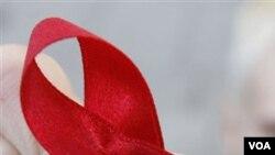 Pita merah tanda keprihatinan terhadap masalah HIV/AIDS. Kasus HIV/AIDS di Indonesia mulai merambah anak-anak dan remaja.