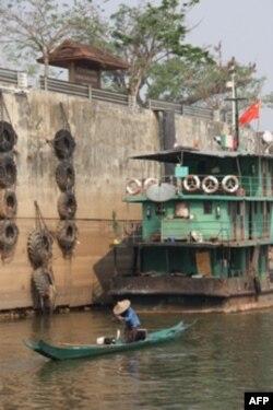 Ngư dân đánh cá gần bờ tường cho thấy mực nước sông Mekong rất thấp ở Thái Lan