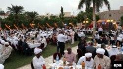 Le président Omar Hassan el-Béchir du Soudan et les membres de la communauté soudanaise orthodoxe prennent art à un repas de rupture du jeûne, Iftar, à la fin du Ramadan annuel à Khartoum, au Soudan, 23 août 2010. EPA / PHILIP DHIL