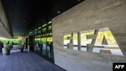 Logo FIFA di luar kantor badan sepakbola dunia itu di Zurich.