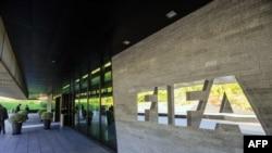 Logo FIFA di luar kantor pusat organisasi itu di Zurich, Swiss.