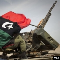 Pasukan pemberontak Libya di jalan antara Al-Egila dan Ras Lanuf, Libya bagian timur, Minggu (27/3).