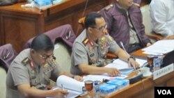 Kapolri Jenderal Tito Karnavian (tengah) dalam rapat dengan pendapat dengan Komisi Hukum DPR, Senin )17/7). [VOA/Fathiyah]