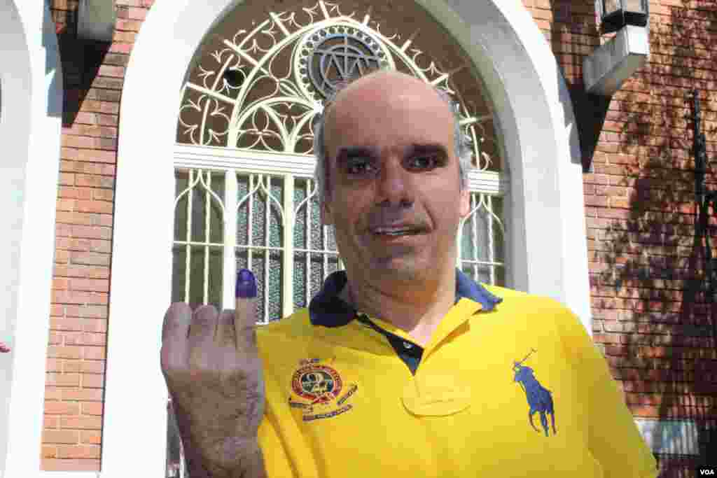 Un venezolano luego de emitir su voto el domingo 14 de abril en Caracas. [Foto: Iscar Blanco, VOA].
