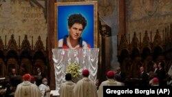 Портрет 15-річного Карло Акутіса, який помер 2006 року від лейкемії, відкрили під час церемонії беатифікації в Ассізі. Італія. 10 жовтня 2020 р.