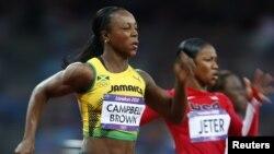 Veronica Campbell-Brown người Jamaica (trái) về nhất vòng bán kết cuộc đua 200 mét nữ tại Olympic London 2012, 7/8/2012