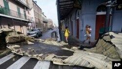 New Orleans'ın ünlü Fransız Mahallesi'nde binaların çatıları uçtu.