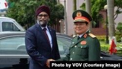 Bộ trưởng Quốc phòng Canada Harjit Singh Sajjan (trái) và Bộ trưởng Quốc phòng Việt Nam Ngô Xuân Lịch tại Hà Nội. (Photo trên trang web của VOV)