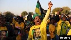 Des militants du Congrès national africain chantent un slogan lors de la campagne du président Jacob Zuma dans un quartier de Pretoria, Afrique du sud, le 5 juillet 2016.