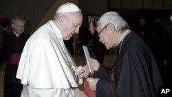 1月10日香港羅馬天主教榮休樞機主教陳日君親往梵蒂岡向教宗表示反對中國與梵蒂岡建交。