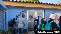 """Manifestantes tildan de """"asesinos"""" a policía nicaragüense tras muerte violentas de personas en los últimos días."""