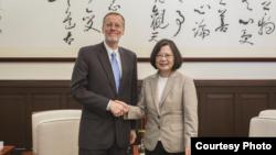 台灣總統蔡英文2018年8月23日接見美國在台協會台北辦事處長酈英潔 (台灣總統府提供照片)