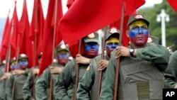Militares venezolanos participan en un desfile del Día de la Independencia.