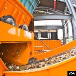 Mesin pemroses limbah di Geocycle, salah satu fasilitas yang ada di pabrik Holcim.