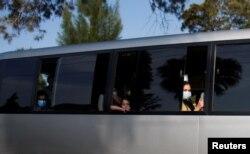 被轉移到烏干達的阿富汗人乘車前往下榻的旅店。(2021年8月25日)