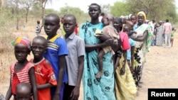 Warga antri bantuan makanan di salah satu kamp sementara Program Pangan Dunia (WFP) di Sudan Selatan (foto: dok).
