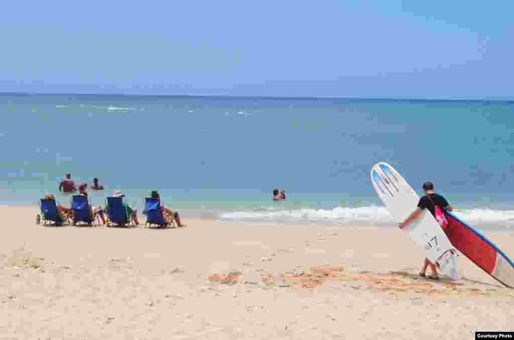 Bờ biển North Shore nước trong cát mịn.