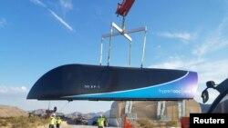 Une photo prise le 12 mai 2017 d'un modèle-test du train Hyperloop One soulevé sur la piste de désert de Nevada, publiée le 13 juillet 2017.
