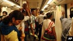 Warga New Delhi kembali dapat menikmati perjalanan dengan Kereta Delhi Metro (1/8). Pabrik-pabrik dan pertokoan di India kembali beroperasi setelah listrik berfungsi normal di India. Pemadaman listrik besar-besaran sempat meresahkan 620 juta warga India.