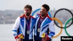 Andrew Simpson, derecha, junto a su compañero cuando recibió la medalla de plata en los juegos olímpicos de Londres en 2012.
