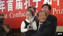 Một bé gái Trung Quốc, thay mặt ông Liên Chiến, nhận giải thưởng Hòa binh Khổng Tử 2010