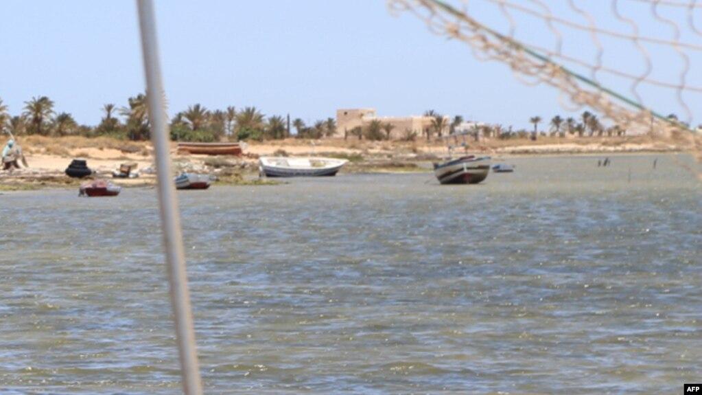 Un patrullero del servicio de Salvamento Marítimo interceptó nueve embarcaciones precarias con inmigrantes que zarparon de la costa africana a lo largo del sábado y el domingo temprano.