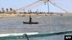 Un pêcheur sur son bateau en bois à la mer Méditerranée dans les îles de Kerkennah au large de Sfax, Tunisie, le 5 juin 2018.
