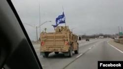 """""""Medidas correctivas administrativas"""" fueron tomadas contra un grupo de Operaciones Especiales de la Armada por exhibir una bandera proTrump en un vehículo oficial durante un entrenamiento en Kentucky."""