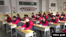 """中國官方向外媒展示新疆""""再教育營""""。(視頻截圖)"""