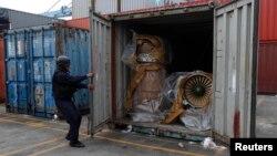 30일 파나마 경찰이 북한 국적 선박 '청천강'호에 선적되어 있던 컨테이너를 열고 있다. 이 컨테이너에 미그-21 전투기 엔진이 추가로 발견됐다.