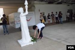 香港浸會大學學生會在校園內舉行六四悼念及獻花儀式。(美國之音湯惠芸攝)