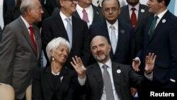 ຫົວໜ້າກຳມະການ ຮັກສາການ ດ້ານເສດຖະກິດ ແລະ ການເງິນຂອງຢູໂຣບ ທ່ານ Pierre Moscovici ແລະ ຫົວໜ້າຜູ້ຈັດການ ອົງການກອງທຶນສາກົນ ທ່ານນາງ Christine Lagarde ສົນທະນາກັນ ໃນລະຫວ່າງລໍຖ້າ ການຖ່າຍພາບຮ່ວມກຸ່ມບັນດາລັດຖະມົນຕີການເງິນ ຂອງ G-20 ແລະ ບັນດາຜູ້ປົກຄອງທະນາຄານກາງ ຢູ່ໃນນະຄອນຫຼວງ Ankara, ປະເທດເທີກີ, ວັນທີ 5 ກັນຍາ 2015.