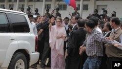 တရားရံုးကို ေရာက္လာတဲ့ဘဂၤလားေဒရွ္႕ ၀န္ႀကီးခ်ဳပ္ေဟာင္း Khaleda Zia ။