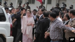 Cựu Thủ tướng Bangladesh Khaleda Zia vẫy tay khi đến tòa ở Dhaka, ngày 05 tháng 4 năm 2015.
