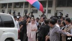 Former Bangladeshi Prime Minister Khaleda Zia waves as she arrives for a court appearance in Dhaka, April 5, 2015.