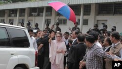Former Bangladeshi Prime Minister Khaleda Zia waves as she arrives for a court appearance in Dhaka, April 5, 2015.