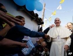 ພະສັນຕະປາປາ Francis ໄດ້ຮັບການຕ້ອນຮັບ ໂດຍບັນດາຜູ້ສັດທາ ເຄົາລົບນັບຖື ໃນລະຫວ່າງ ການປະພາດຢ້ຽມຢາມ ໝູ່ບ້ານ Banado Norte ໃນເມືອງ Asuncion ປະເທດ Paraguay, ວັນທີ 12 ກໍລະກົດ 2015.