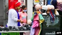 2020年7月2日人们戴着口罩在加利福尼亚州洛杉矶商店购物