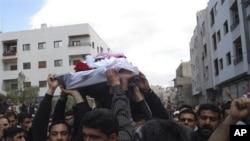 星期六反政府群眾高舉遇害抗議者的棺木進行示威抗議